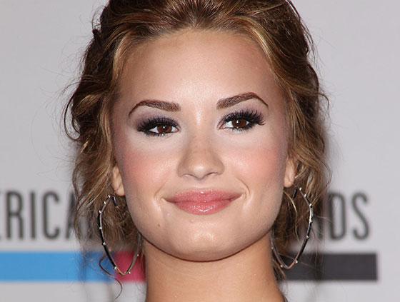 demi-lovato-makeup-fail-white-light-concealer